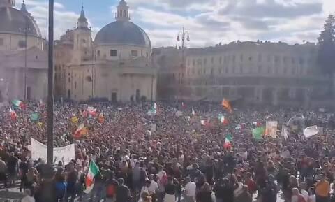 Ιταλία: Ένταση αντιεμβολιαστών - αστυνομίας στην κεντρική Πλατεία του Λαού της Ρώμης (vids)