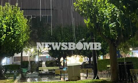 Καιρός ΤΩΡΑ: Βροχή με το... τουλούμι στην Αττική - Ισχυρό μπουρίνι στα δυτικά προάστια