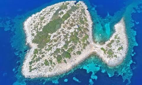 Το ελληνικό νησί με το ανατριχιαστικό όνομα που έχει σχήμα πάπιας (video)