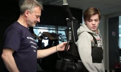 Μπαμπάς κατασκεύασε ειδικό ρομπότ που βοηθάει τον γιο του να περπατήσει