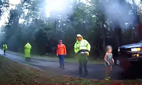 HΠΑ: Η συγκινητική στιγμή που οι διασώστες βρίσκουν τρία αγνοούμενα παιδιά (vid)