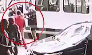 Χαμός στο κέντρο της Αθήνας: Καρέ - καρέ ο άγριος ξυλοδαρμός αστυνομικού (vid)