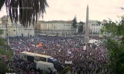 Ιταλία: Χιλιάδες άνθρωποι στους δρόμους, αντιδρούν για το «υποχρεωτικό» πάσο εμβολιασμού