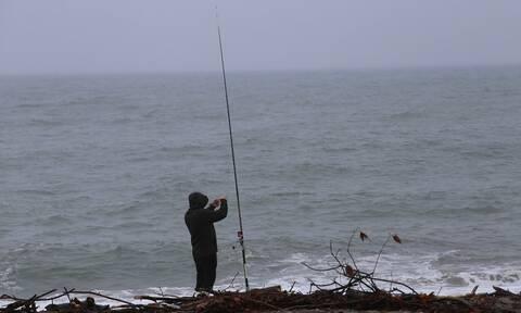 Κακοκαιρία «Αθηνά»: Ψαράς στη Λάρισα έγινε viral - Έριξε πετονιά με καταιγίδα