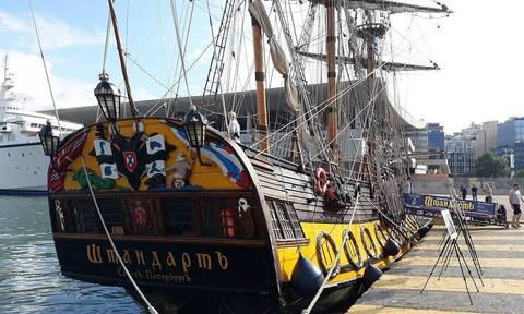 Российский парусный фрегат отправляется из Пирея в экспедицию по греческим островам
