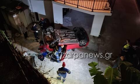 Χανιά: Αυτοκίνητο «προσγειώθηκε» σε αυλή – Εγκλωβίστηκαν δύο παιδιά και μία γυναίκα (pics)