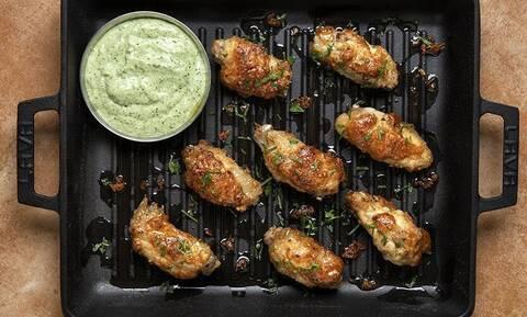 Φτερούγες κοτόπουλου με σάλτσα κόλιανδρου - Εύκολη συνταγή από τον Άκη Πετρετζίκη