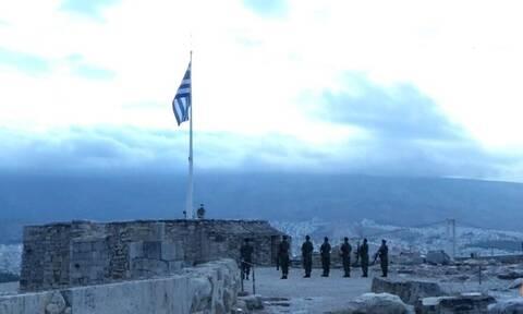 Αθήνα: Ηέπαρση της ελληνικής σημαίαςστην Ακρόπολη για τα 77 χρόνια απελευθέρωσης (vid)