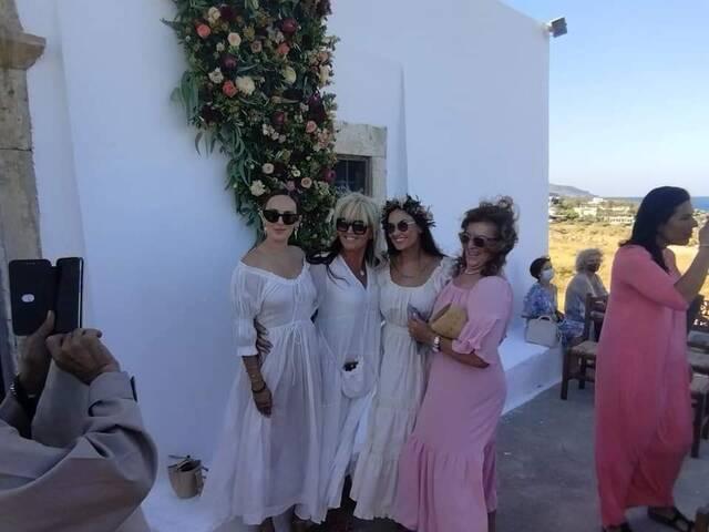 Σεισμός στην Κρήτη: Στο εκκλησάκι που γκρεμίστηκε είχε γίνει νονά η Ντέμι  Μουρ (photos) - Newsbomb - Ειδησεις