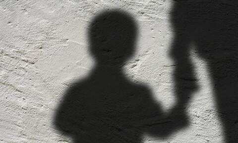 Ασπρόπυργος: Παράτησαν βρέφος στον δρόμο και κλείδωσαν άλλα τρία παιδιά σε πορτ μπαγκάζ (vid)