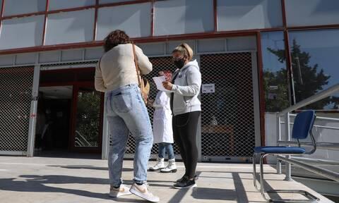 Πανεπιστήμια: Ατέλειωτες ουρές, πολύωρες αναμονές και απειλές προς τους υγειονομικούς