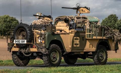 Αυτό το Land Rover είναι εξοπλισμένο με δύο πολυβόλα και είναι νόμιμο!