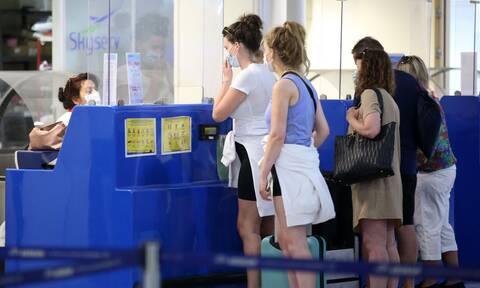 Χειροπέδες σε Ελβετίδα στο αεροδρόμιο Ηρακλείου που δεν διέθετε τεστ για covid