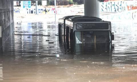 Κακοκαιρία «Μπάλλος»: Απίστευτη εικόνα – Λεωφορείο βυθίστηκε στα νερά στη Λεωφόρο Ποσειδώνος