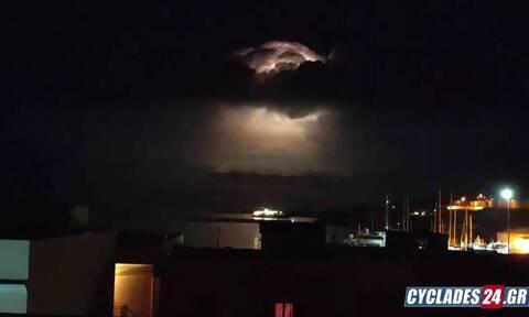 Κακοκαιρία «Μπάλλος»: Άστραψε και βρόντηξε στη Σύρο – 'Έγινε η νύχτα μέρα στο λιμάνι