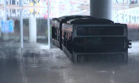 Κακοκαιρία «Μπάλλος»: Ακόμα στην Ποσειδώνος το λεωφορείο που «βούλιαξε» - Η απάντηση της ΟΣΥ