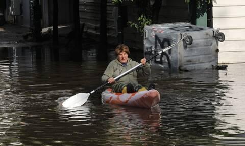 Κακοκαιρία «Μπάλλος»: Απίστευτες εικόνες – Βγήκαν με κανό στους πλημμυρισμένους δρόμους