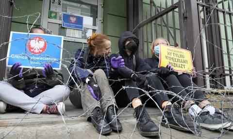 Πολωνία: Υψώνει τείχος για να ανακόψει τη ροή μεταναστών - Έξι νεκροί στα σύνορα με τη Λευκορωσία