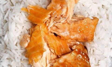 Η απόλυτη συνταγή για σολομό με ρύζι που τρέλανε το TikTok
