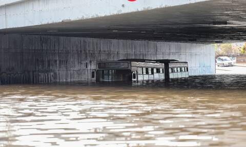 Κακοκαιρία «Μπάλλος»: Εισαγγελική έρευνα για το λεωφορείο που «βυθίστηκε» στη Συγγρού