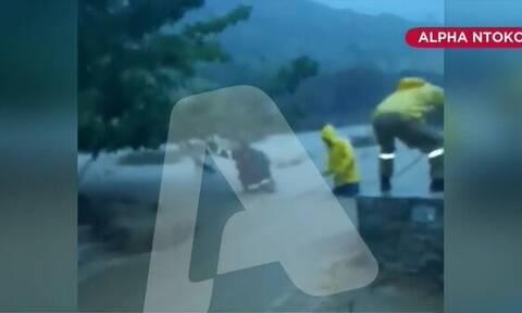 Κακοκαιρία «Μπάλλος»: Πυροσβέστες έσωσαν με αυτοθυσία οικογένεια τουριστών στην Εύβοια