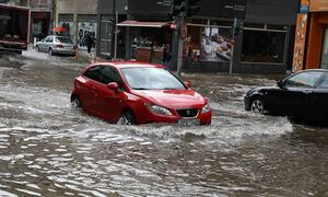 Κακοκαιρία Μπάλλος: Γέφυρες, ποτάμια, λεωφορεία και βάρκες μετά τα 30 εκατ. τόνους νερού που έπεσαν
