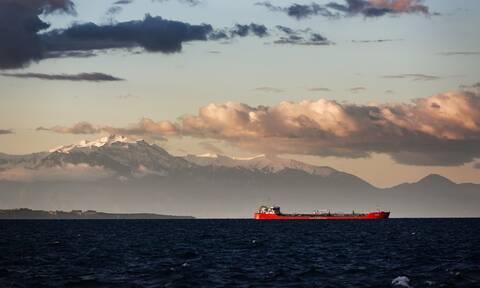 Στο λιμάνι της Χίου ρυμουλκείται το φορτηγό πλοίο που έπλεε ακυβέρνητο δυτικά της Χίου