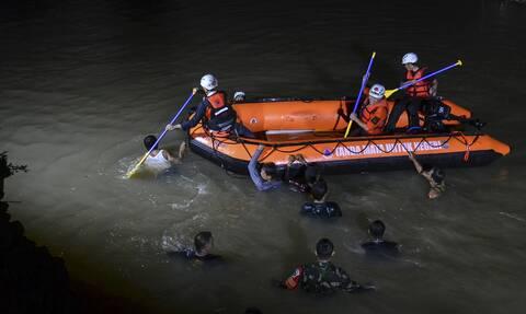Τραγωδία στην Ινδονησία: Πνίγηκαν 11 μαθητές που καθάριζαν ποτάμι