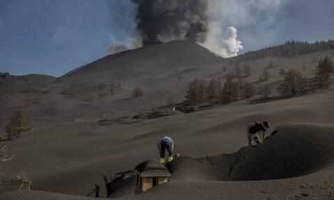Λα Πάλμα: Ξεθάβουν σπίτια από «βουνά» στάχτης που προκάλεσε το ηφαίστειο (pics)