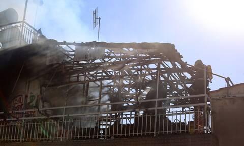 Φωτιά στον Κολωνό: Βίντεο ντοκουμέντο - Ένοικος προσπαθεί να γλιτώσει από τις φλόγες