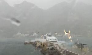 Σίφνος: Το Super Jet καταφτάνει στο λιμάνι της την ώρα της καταιγίδας «Μπάλλος» (vid)