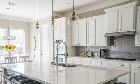 Καθάρισμα κουζίνας : Πώς βγαίνουν οι δύσκολοι λεκέδες από τα ντουλάπια