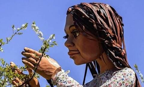 Γαλλία: Η μαριονέτα Αμάλ έφτασε στο Καλαί, τον προτελευταίο σταθμό της «οδύσσειάς» της στην Ευρώπη