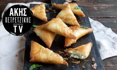 Συνταγή για πεντανόστιμα τυροπιτάκια με φέτα από τον Άκη Πετρετζίκη