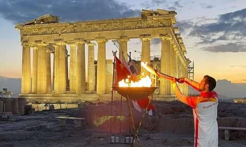 Στέφανος Ντούσκος: Άναψε την Ολυμπιακή Φλόγα στην Ακρόπολη ο χρυσός Ολυμπιονίκης της κωπηλασίας