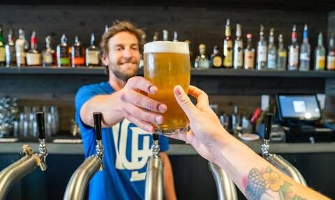 Έρευνα: Όσο πιο συχνά πάμε για μπίρες, γινόμαστε πιο ευτυχισμένοι