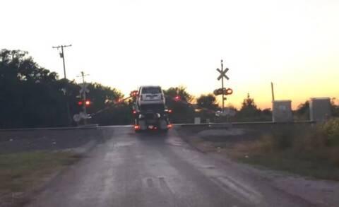 Βίντεο σοκ: Τρένο παρασύρει νταλίκα με αυτοκίνητα που κόλλησε στις ράγες