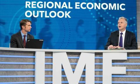 «Μεσοπρόθεσμη» δημοσιονομική προσαρμογή για να μειωθεί το ελληνικό χρέος ζητά το ΔΝΤ