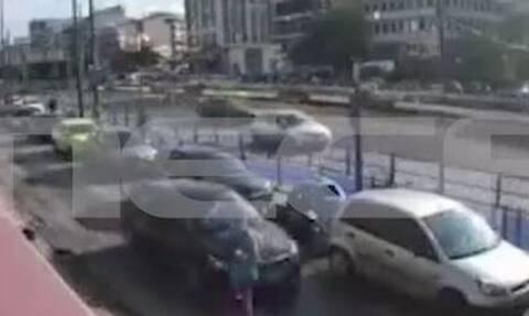 Βίντεο ντοκουμέντο από τροχαίο σε παράδρομο της Συγγρού: Η στιγμή που αυτοκίνητο παρασύρει πεζή