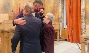 Κώστας Μπακογιάννης: Πάντρεψε με πολιτικό γάμο στο δημαρχείο τον Νίκο και την Μάρθα, 87 και 85 ετών