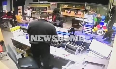 Βίντεο-ντοκουμέντο: «Γκαφατζής» ληστής τα έκανε... θάλασσα» - Θύμα του πήρε το όπλο