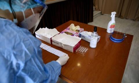 Πώς θα διενεργούνται τα υποχρεωτικά rapid tests για τους ανεμβολίαστους στον ιδιωτικό τομέα