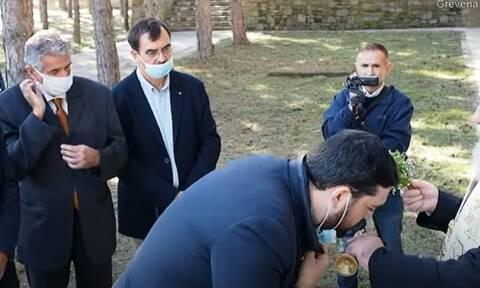 Γρεβενά: Ο μητροπολίτης καλούσε τους επισήμους να κατεβάσουν τις μάσκες για να φιλήσουν τον σταυρό