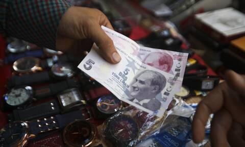 Τουρκία: «Βουτιά» της λίρας σε νέο ιστορικά χαμηλό επίπεδο μετά τη μείωση των επιτοκίων στο 16%