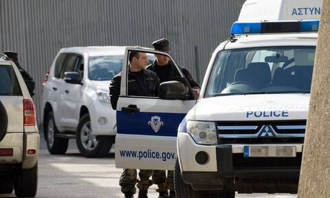 Συναγερμός στη Λεμεσό: Άνδρας με μαχαίρι αρνείται να κατέβει από πάσαλο
