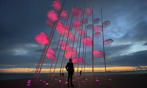Θεσσαλονίκη: Ροζ φωτίστηκαν οι «Ομπρέλες» Ζογγολόπουλου για τον καρκίνο του μαστού