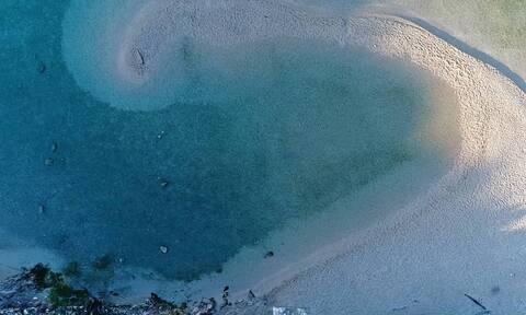 Η παραλία με το παράξενο σχήμα, όπου μπορείς να επιλέξεις τη θερμοκρασία του νερού (video)