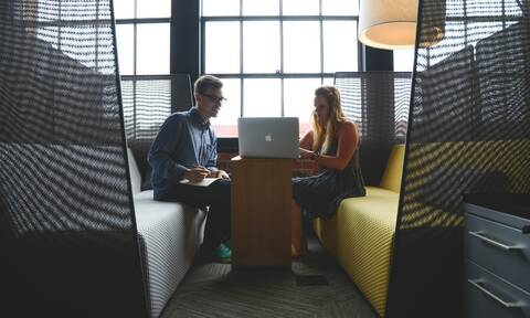 Σχέσεις στον χώρο εργασίας: Αξίζει το ρίσκο; Ψυχολόγος απαντά στο Newsbomb.gr