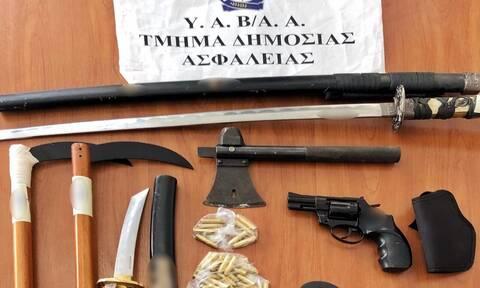 Νέα Ερυθραία: Σπαθιά, τσεκούρια μέχρι και αυτοσχέδια δρεπάνια βρέθηκαν στο σπίτι του δράστη