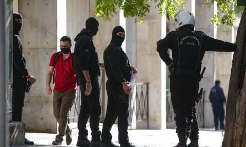 Πέραμα: Στη ΓΑΔΑ κρατούνται οι επτά αστυνομικοί - Απειλούν με εκδίκηση οι συγγενείς του 20χρονου